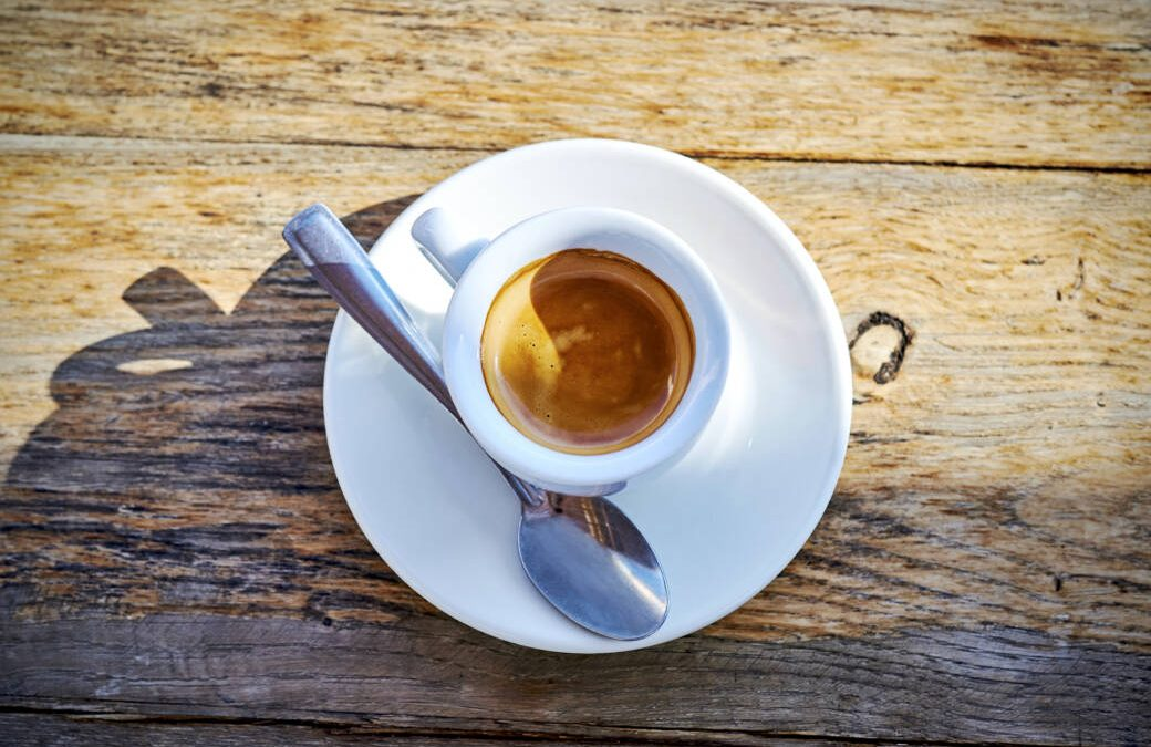 Does coffee improve performance before exercising?